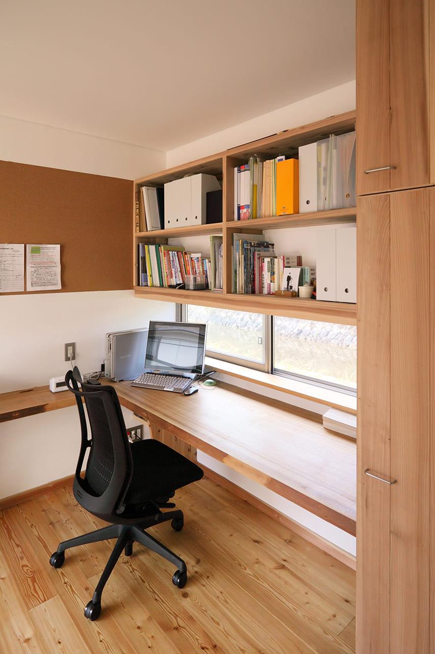 疏水の見える書斎のある家